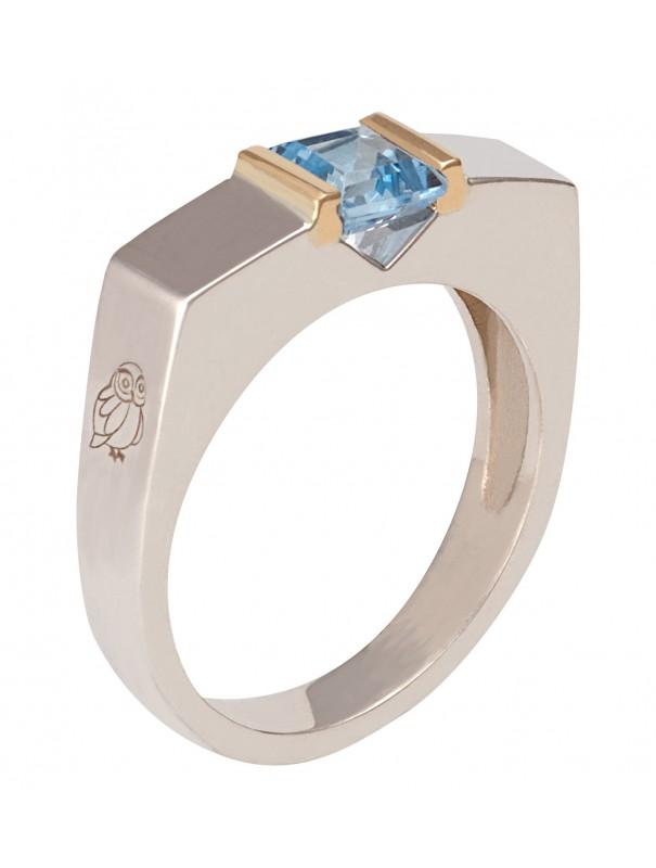 Moderna Sobriété II en argent (9,5 g) ou en or (13,5g) avec anneau de 5mm. Représentée montée avec une topaze bleue rectangulair